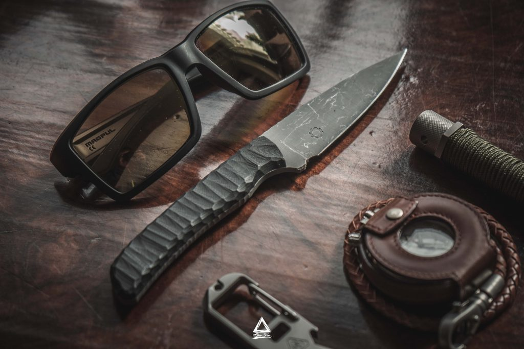Phobos Messer mit Sonnenbrille und Uhr